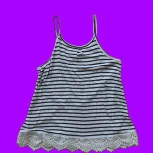 Svartvit-randigt linne med spets längst ner!! 🥰Använd ett fåtal gånger. Säljer pga. för liten för mig! Frakt står köparen för!!