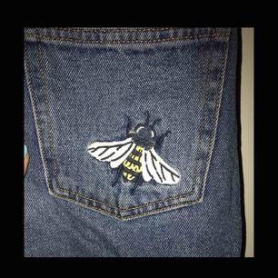 Limited edition mom jeans från monki! Säljer pågrund av att byxorna tyvärr inte passar mig med byxorna är i jätte bra skick och kvalitet. Kontakta mig för mer bilder samt detaljer, kan mötas upp eller frakta!
