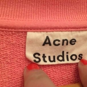 knappt använd!! superfin rosa färg, ÄKTA acne! bra kvalité och köpt för drygt 2500kr Jag är 15, 157cm, strlk XS/S och den passar mig! säljer för att den nt är min stil