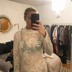 Så gott som ny tröja i spets från Vero Moda. Hämtas i Solna eller skickas mot fraktkostnad.
