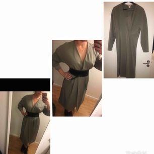 Jätte fin klänning som kan använndas öppen som en snygg trenchcoat  BÄLTE MEDFÖLJES EJ! 🚫❌  H&M strl 38  Endast testad då jag tycker den är lite lång på mig  Hämtas upp i Skärholmen/ Liljeholmen