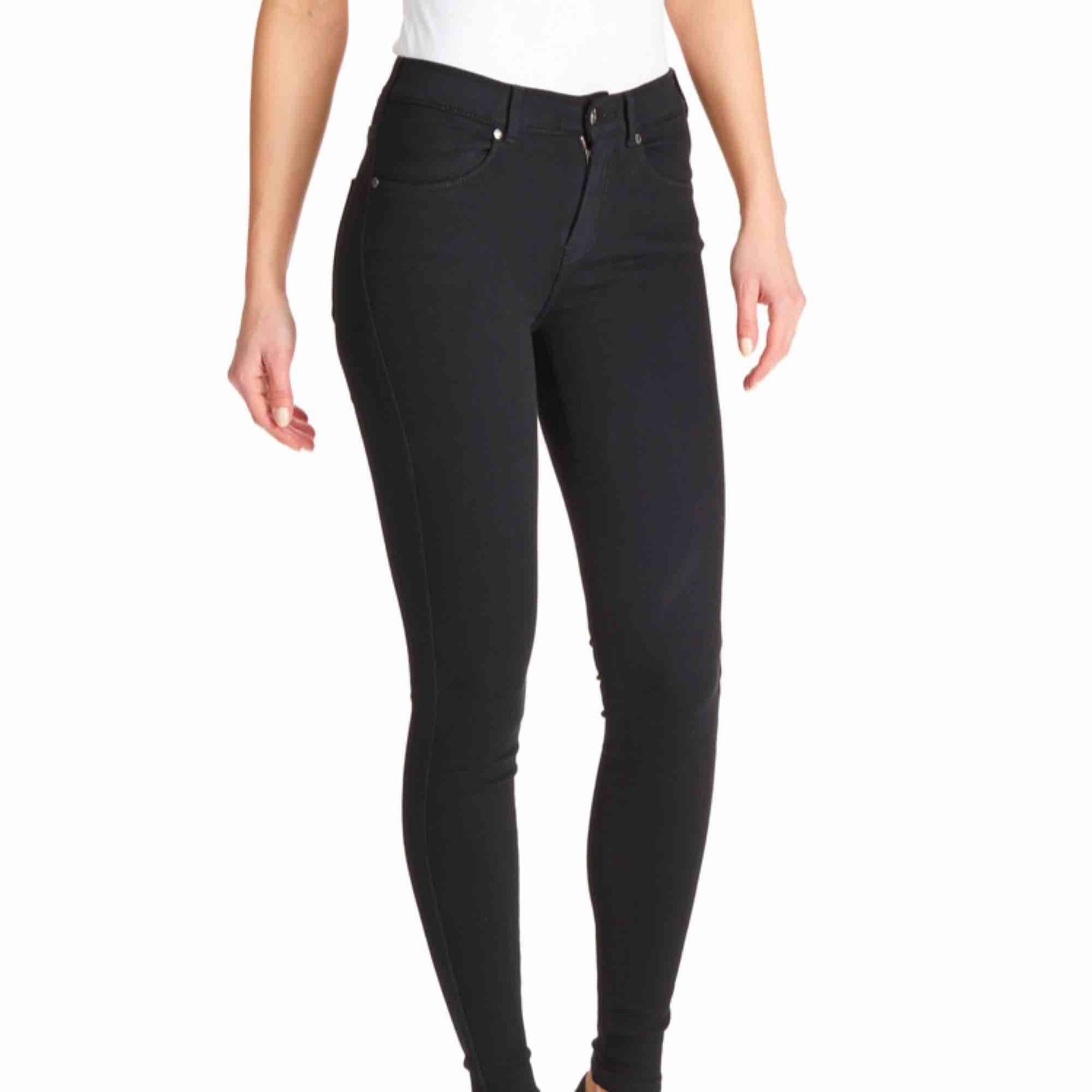 Svarta dr denim jeans, använda men mycket fint skick! Skulle inte säga att färgen är urtvättad. Jeans & Byxor.