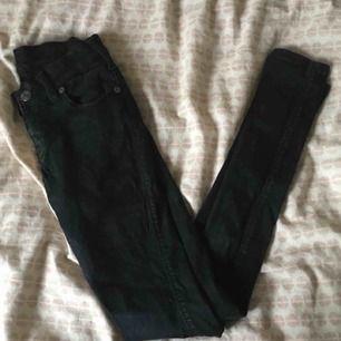 Svarta dr denim jeans, använda men mycket fint skick! Skulle inte säga att färgen är urtvättad