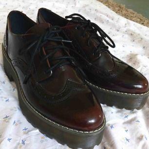 Höga skor från monki i storlek 40 men tycker att de är lite mer som 39. Skorna är endast provade några gånger och i fint skick! Frakten ingår i priset, bara att skriva för mer bilder eller frågor.