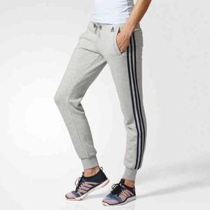 Adidas mjukisbyxor gråa med mörkblåa stripes Säljes pga för små 230 + frakt