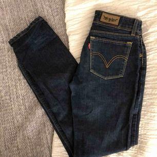 Mörkblåa Levi's jeans i bra skick