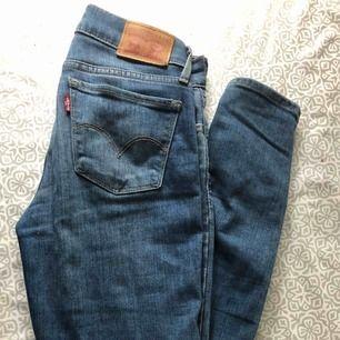 Levis jeans 710 super skinny i storlek 25. Regular waist, endast använda ett fåtal gånger så i väldigt fint skick!