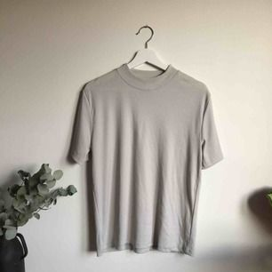 Supersnygg T-shirt i ribbad material med liten polo. Köpt second hand. Säljer då den et lite stor till mig.