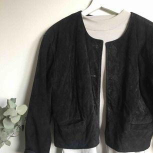 Läderjacka köpt second hand. Har inga knappar, men jag använde den öppen. 100% läder. Frakt tillkommer.