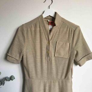 Vadlång klänning från UFF second hand affär i Norge. Köpt for 195kr, lappen är kvar. Frakt 40kr tilkommer.