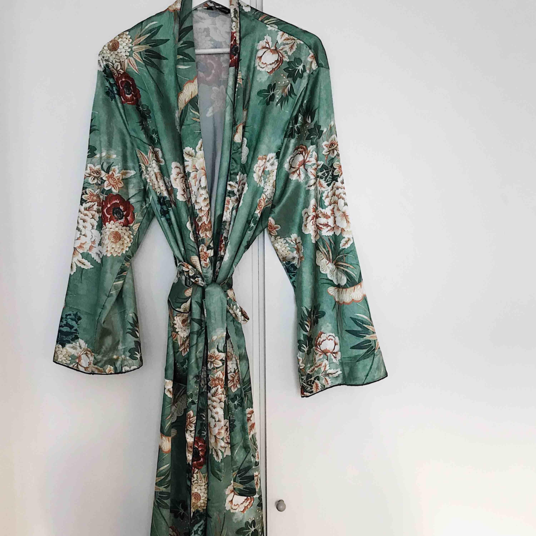 Sååå fin kimono/morgonrock som ej kommer till användning. Accessoarer.