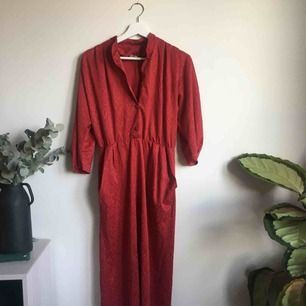Superfin röd klänning från second hand affär i Norge. I bra skick! Frakt tillkommer.