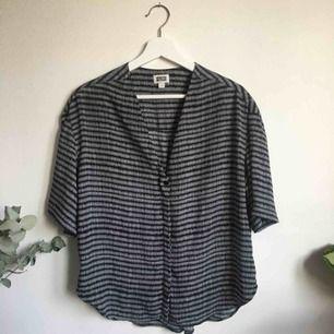 Lite oversized skjorta från Weekday. I bra skick. Frakt 25kr tillkommer.