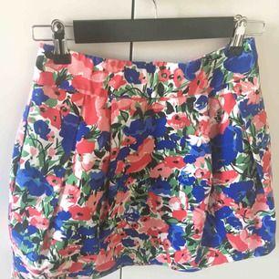 Fin blommig kjol med ficka