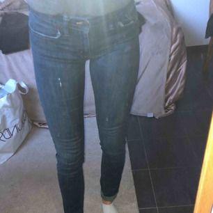Snygga mörkblå jeans med lite slitningar från Denim & Supply Ralph Lauren. Modell Low Slim.