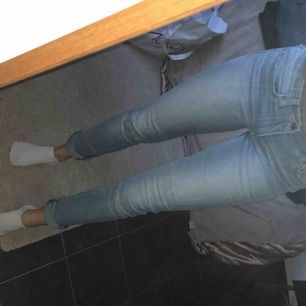 Snygga ljusblå jeans från Levis. Långa i benen så passar många längder. Kan sys upp osv. Lappad på ett knä men då lappen är i samma färg som tyget syns det inte. 711 skinny.