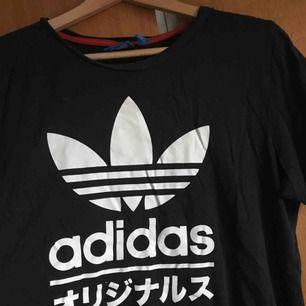 Välanvänd t-shirt köpt på adidas i Stockholm.  Superskön & lätt att använda till nästan allt. Köparen står för frakt🦋