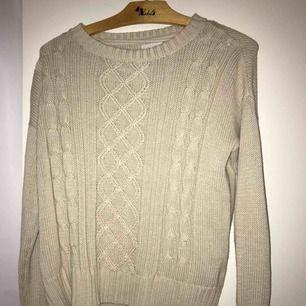 En jätte skön kabelstickad inspirerad tröja, den är i färgen beige såå snyggt! Stl XS men fungerar för S också, tar emot swish och frakt tillkommer:)