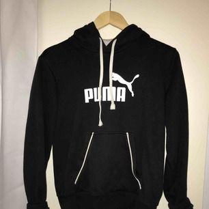 En såååå snygg lite vintage inspirerad hoodie från Puma, det finns ingen likadan kvar! Stl S men om man är XS funkar det lika bra! Tar emot swish och frakt tillkommer