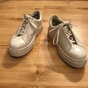 Ett par Eytys Doja Leather White, storlek 41. Nypris är 1800kr. Skorna är använda 1 gång och är i mycket bra skick.  Säljer på grund av dem inte passar mig.