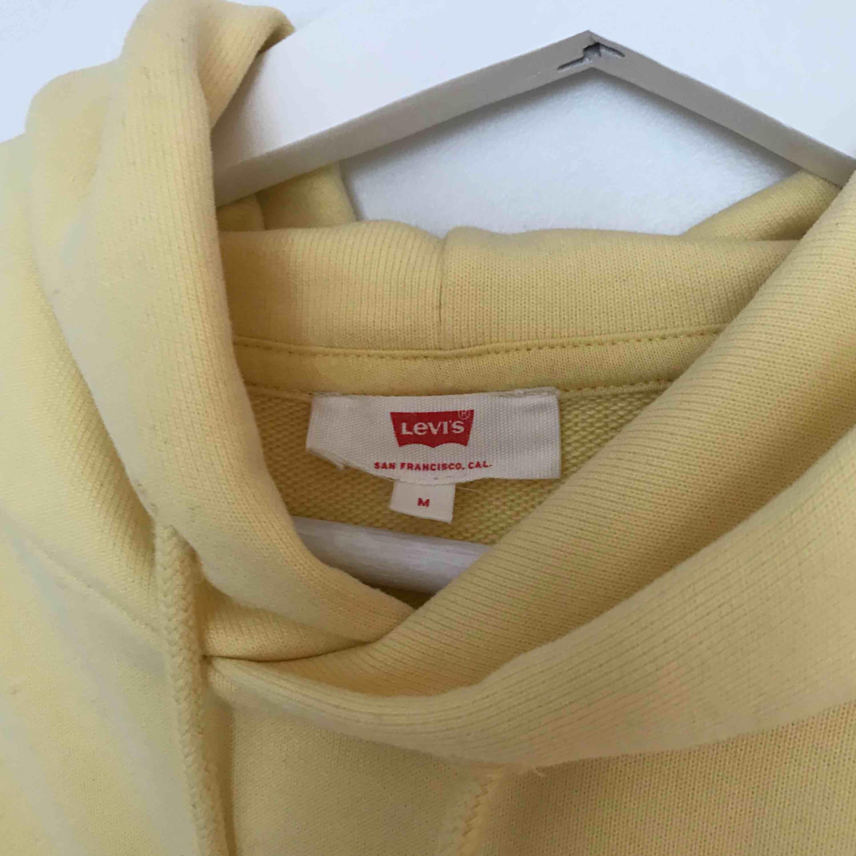 Kortare Levis-hoodie. Superfin färg men har inte kommit till användning. . Huvtröjor & Träningströjor.