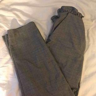 kostym byxor ifrån h&m, har haft dessa ett tag nu, men jag har en stor garderob rensning på gång :)