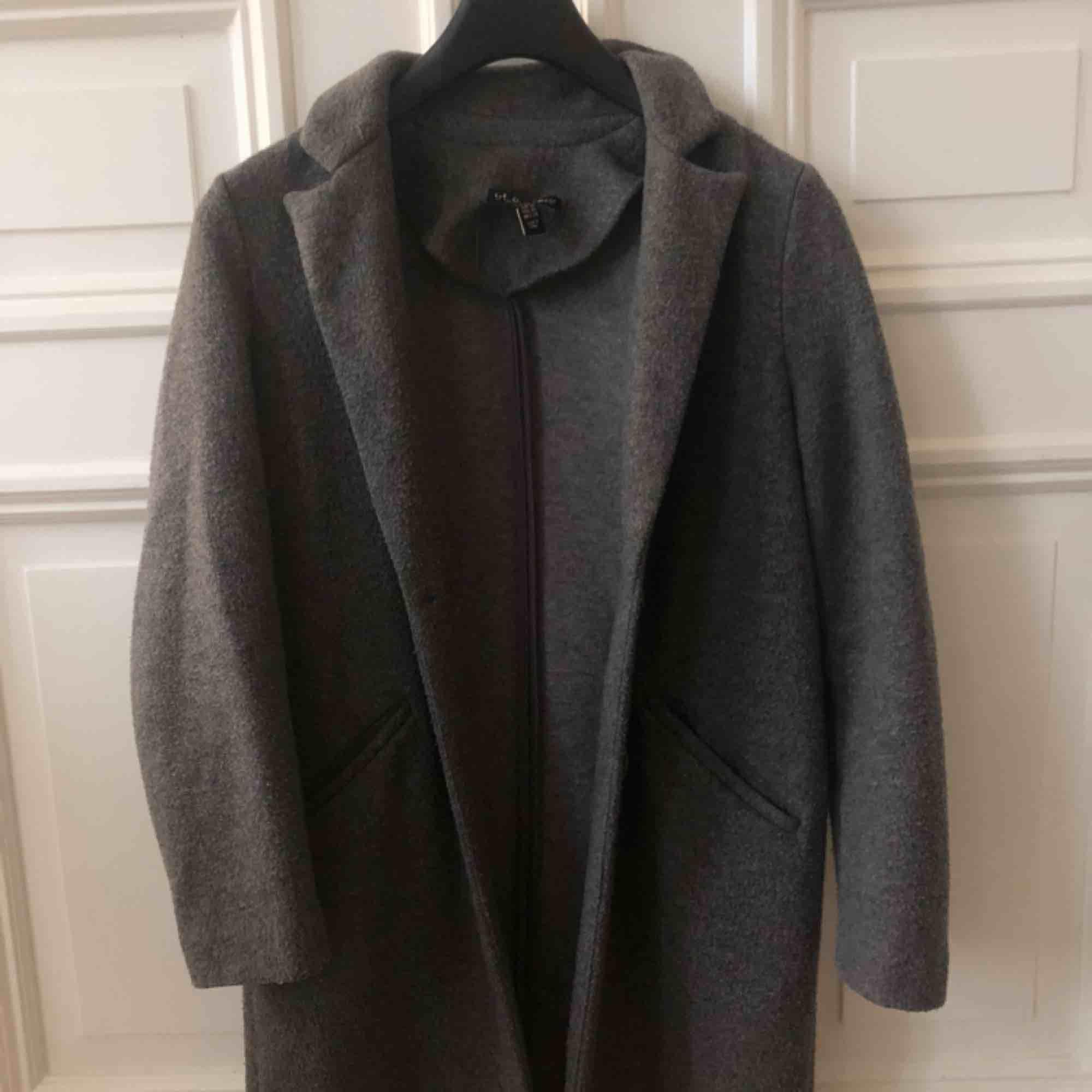 Superfin grå kappa från Zara. Köpt förra hösten & sparsamt använd. . Jackor.