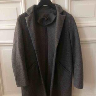 Superfin grå kappa från Zara. Köpt förra hösten & sparsamt använd.