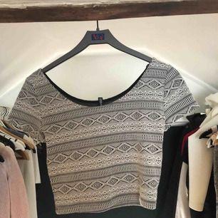 Snygg tröja som är lite kortare vid magen, så typ en magtröja. Väldigt bra skick då den aldrig är använd 🌸