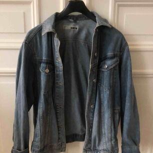 Jeansjacka från Topshop!! Knappt använd & superbra skick!  Modellen är lite oversize :)