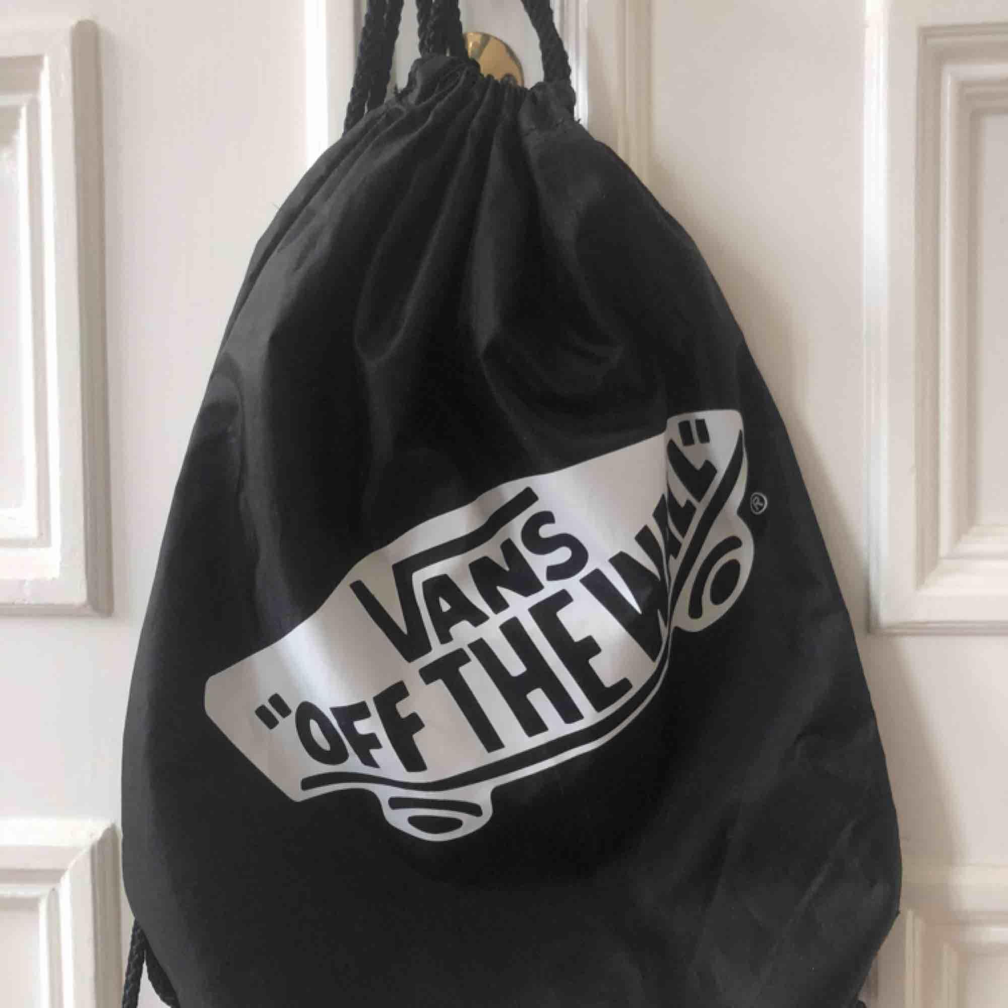 """Sjukt snygg väska från Vans.  Med trycket """"VANS OFF THE WALL"""". ALDRIG använd och helt nyskick.. Väskor."""