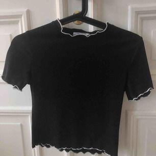 T-shirt från Zara med vit kant. Knappt använd & superfint skick!!