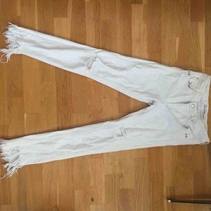 Vita jeans från Zara med slitningar, hål och fransar nertill. Använda men ändå i bra skick.