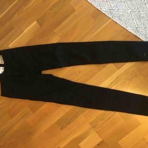 Ett par svarta jeans från crocker. Är i lite tjockare jeanstyg som tyvärr är för små för mig. 26/30. Frakt kostar 50kr! :)