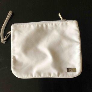 Stilren och minimalistisk Dior Beauty neccesär. Storlek: 15x21cm
