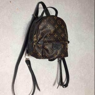Louis Vuitton mini väska. Ej äkta, använd fåtal gånger.