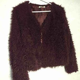 Vinröd Fusk pälsjacka från Gina tricot. Använd ca.3 år men bra kvalitè, har dragkedja. Frakt är + 30kr