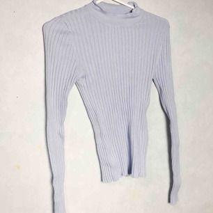 Ljusblå Halv polo från Gina tricot. Litet hål på vänstra sidan , frakt + 30kr