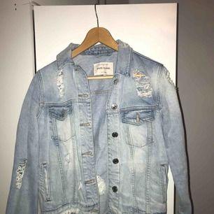 Snygg jeansjacka i storlek S från River island. Super snygg nu till hösten/vintern med de coola slitningarna.