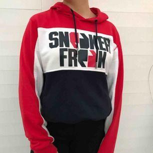 Supersnygg hoodie köpt på Footlocker från märket Sneaker Freak. Nästan helt oanvänd och i mycket fint skick! Frakt betalar du, kan även mötas upp i Karlstad ❣️❣️