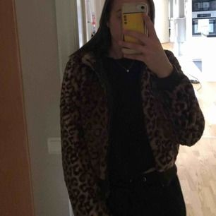 Leopard pälsjacka mes dragkedja  Väldigt mysig o croppad