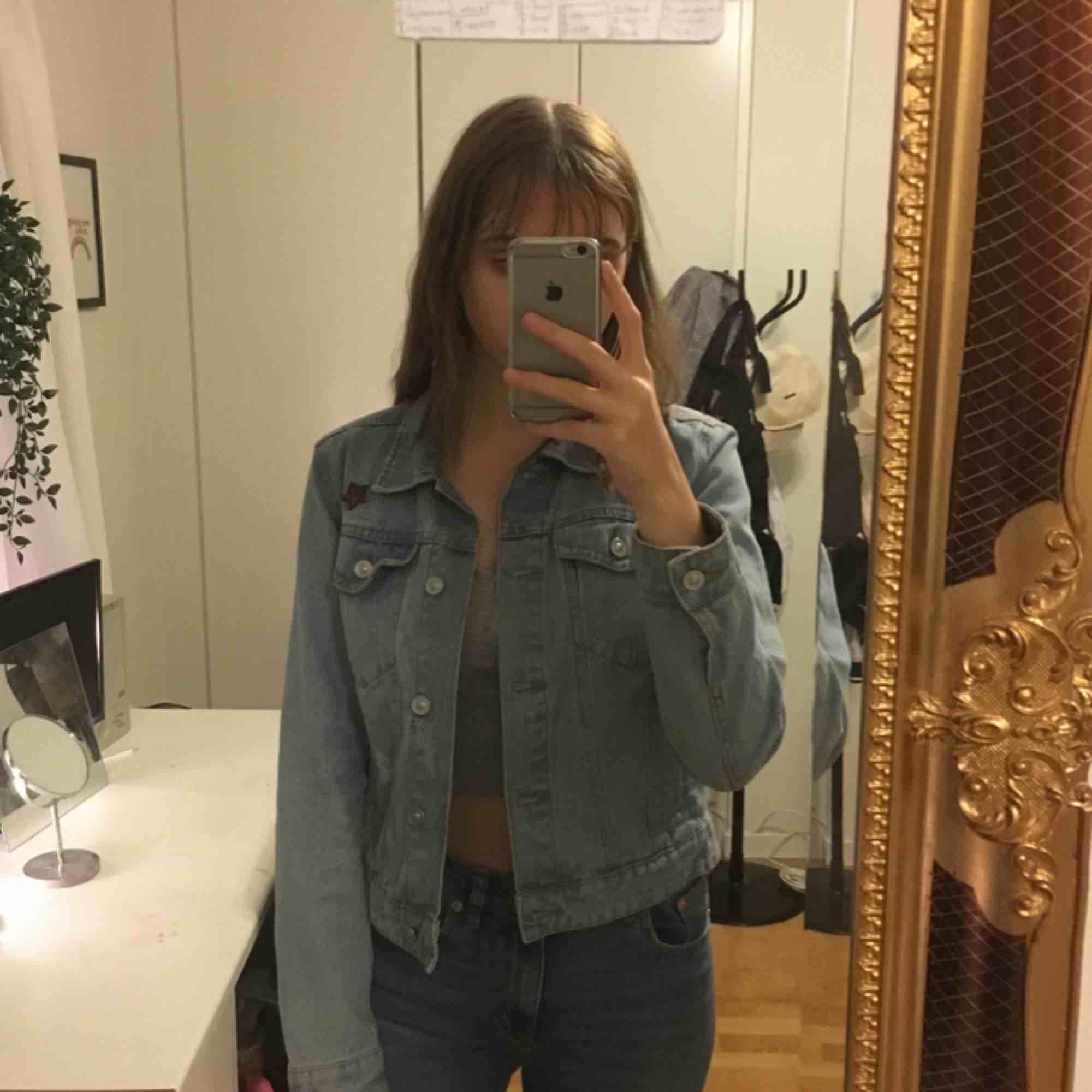 jeans jacka från stradivarius som köptes på teneriffa 2-3 år sedan, nästan aldrig använd.. Jackor.