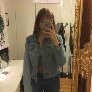 jeans jacka från stradivarius som köptes på teneriffa 2-3 år sedan, nästan aldrig använd.