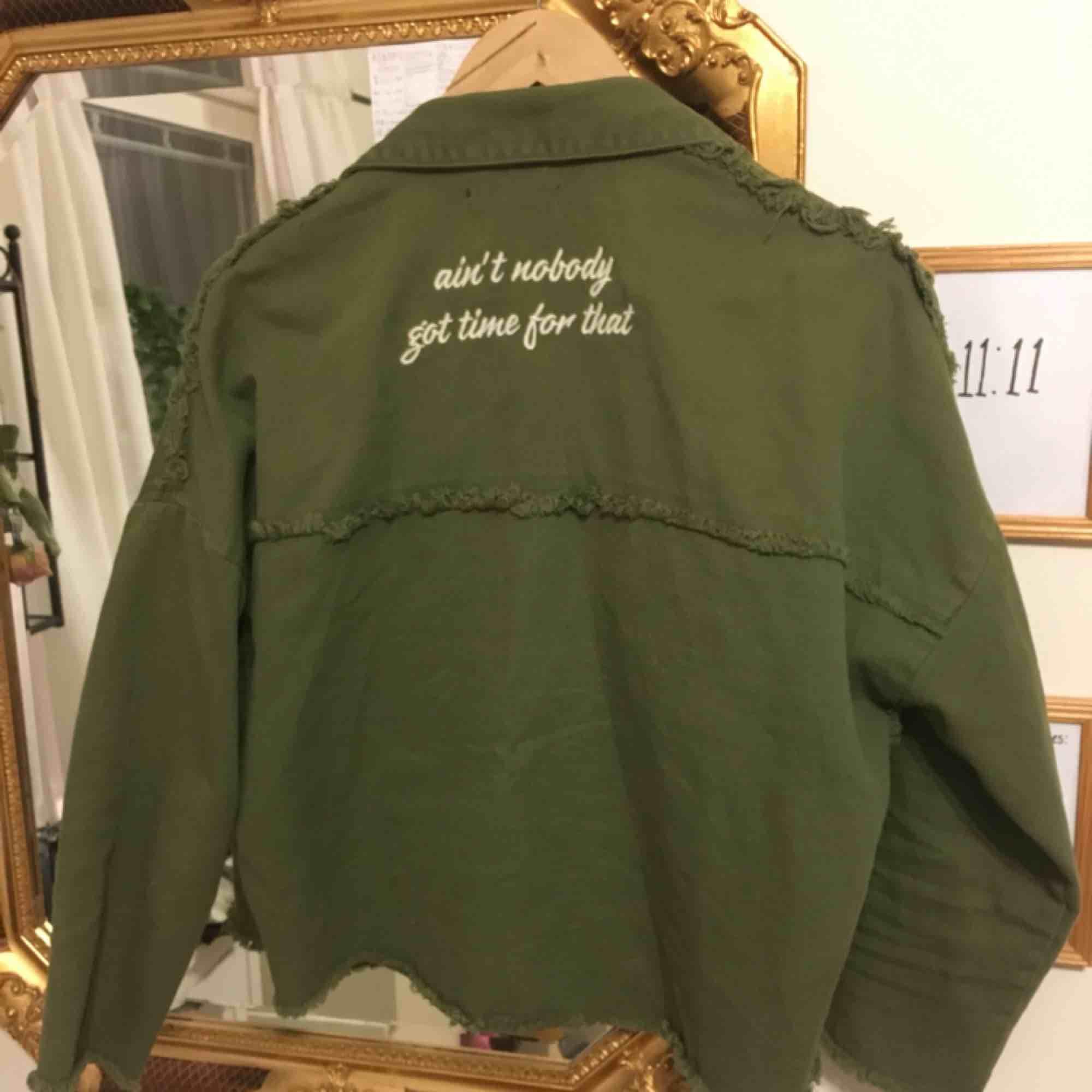 militär grå tunn jacka med text därbak. köpt på teneriffa från märket stradivarius. använd cirka 2-5 gånger. Jackor.