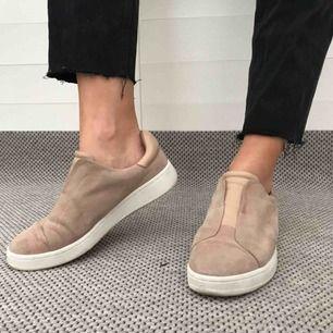 Nästan oanvända skor från K.Cobler i rosa/beige mocka. Ligger för tillfället pelotter i men de går enkelt att ta ut! Nypris 1000kr ⭐️ Frakt betalar du, möts även upp i Karlstad!