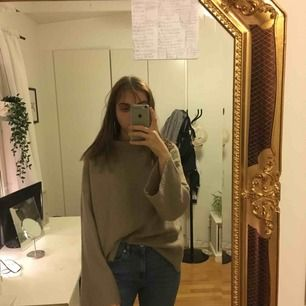 beige stickad tröja från bikbok i storlek M. köparen står för frakt.