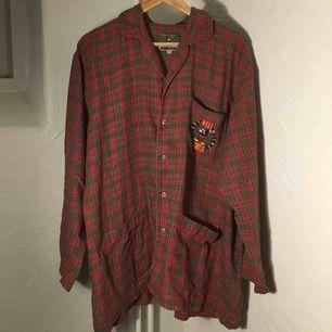 Vintage pyjamasskjorta från Disney med Mickey Mouse. Storleken är M, men är större i storleken.