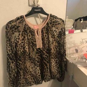Min ursnygga leopard blus som tyvärr inte kommer till användning, Säljs pga garderob rensning, har du några frågor, kontakta mig☺️