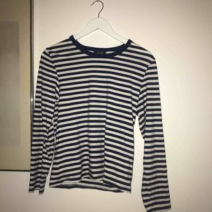 En marinblå randig långärmad tröja från monki, Aldrig använd. Nypris 150kr