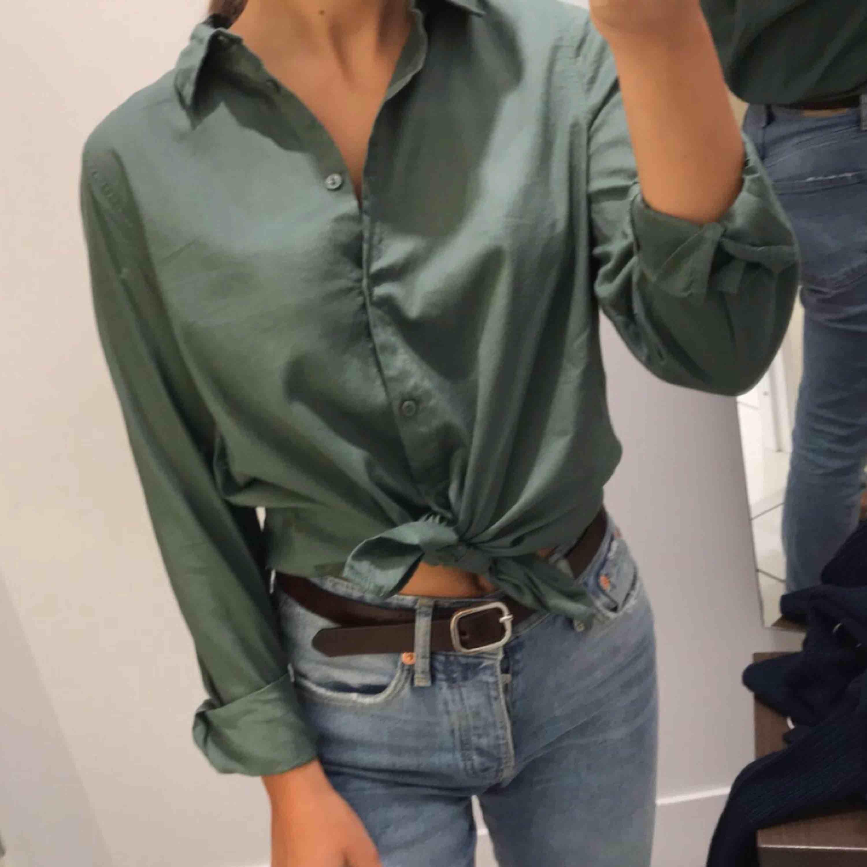 Skjorta från h&m i jättefin grön färg, skönt material. Har efter en användning tyvärr bara hängt i garderoben så säljer därför vidare den! Köparen står för frakt 🌱. Skjortor.